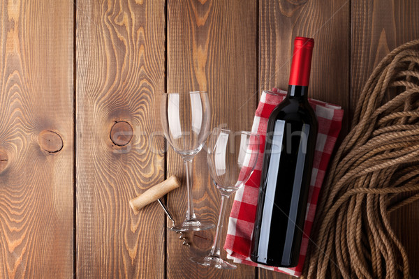 Vin rouge bouteille verres tire-bouchon rustique table en bois Photo stock © karandaev