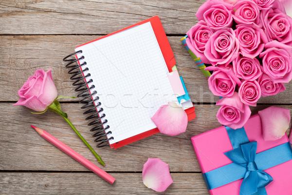 Notatnika szkatułce pełny różowy róż drewniany stół Zdjęcia stock © karandaev
