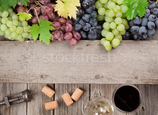 ワイングラス ブドウ 木製のテーブル 先頭 表示 スペース ストックフォト © karandaev