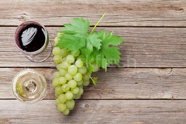 ストックフォト: ワイングラス · ブドウ · 木製のテーブル · 先頭 · 表示 · スペース