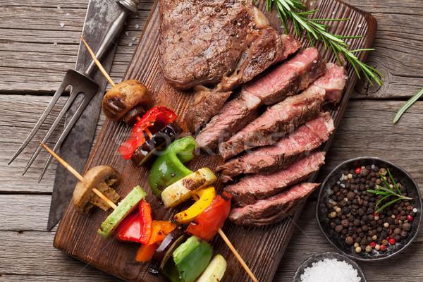 Foto stock: Bife · grelhado · legumes · mesa · de · madeira · topo