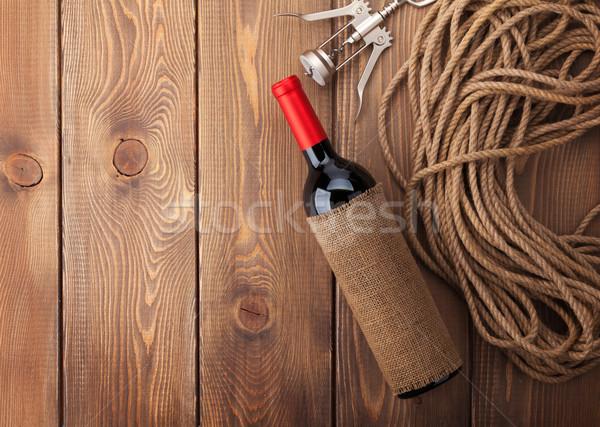 Vin rouge bouteille tire-bouchon rustique table en bois espace de copie Photo stock © karandaev
