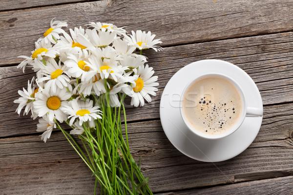 Camomille fleurs bouquet tasse de café Daisy bois Photo stock © karandaev