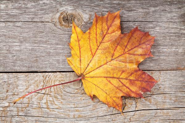 Colorato autunno foglia d'acero tavolo in legno natura foglia Foto d'archivio © karandaev