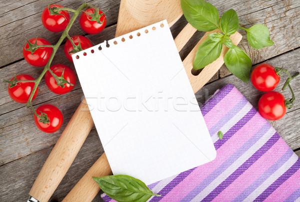 Bloco de notas papel receitas tomates manjericão mesa de madeira Foto stock © karandaev