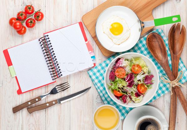 Egészséges reggeli tükörtojás saláta fehér fa asztal Stock fotó © karandaev