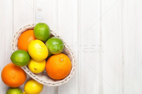 Citrus gyümölcsök kosár narancsok citromok fa asztal Stock fotó © karandaev