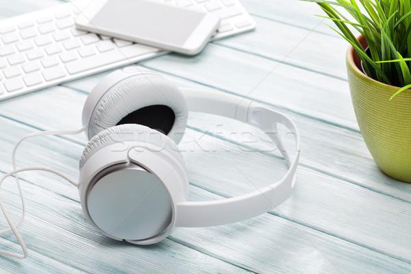 Słuchawki notatnika telefonu drewniany stół projektu technologii Zdjęcia stock © karandaev