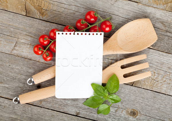 Notepad papier recepten tomaten basilicum houten tafel Stockfoto © karandaev