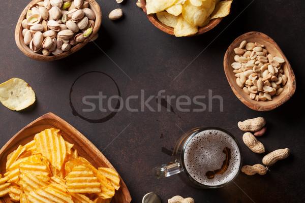 Piwo jasne pełne piwa przekąski kamień tabeli orzechy Zdjęcia stock © karandaev