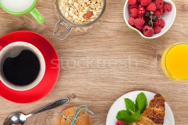 śniadanie musli jagody sok pomarańczowy kawy rogalik Zdjęcia stock © karandaev