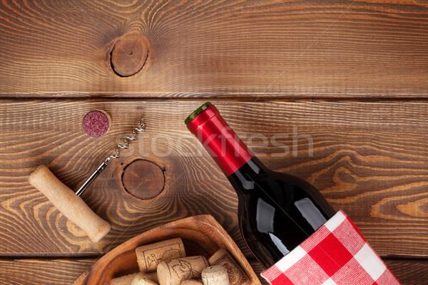 Wino czerwone butelki puchar korkociąg widok z góry rustykalny Zdjęcia stock © karandaev
