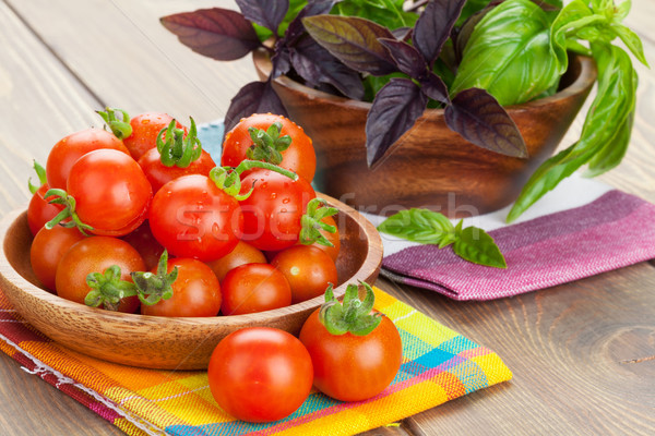 Foto stock: Fresco · agricultores · tomates · manjericão · mesa · de · madeira · tabela