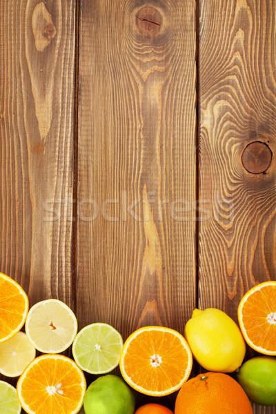 Citrus vruchten sinaasappelen citroenen houten tafel exemplaar ruimte Stockfoto © karandaev