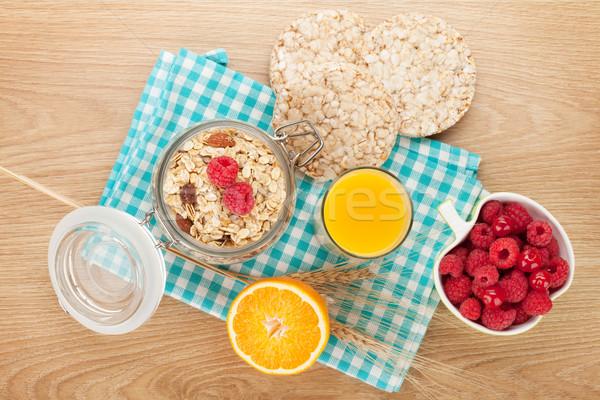 Saine déjeuner muesli baies jus d'orange table en bois Photo stock © karandaev