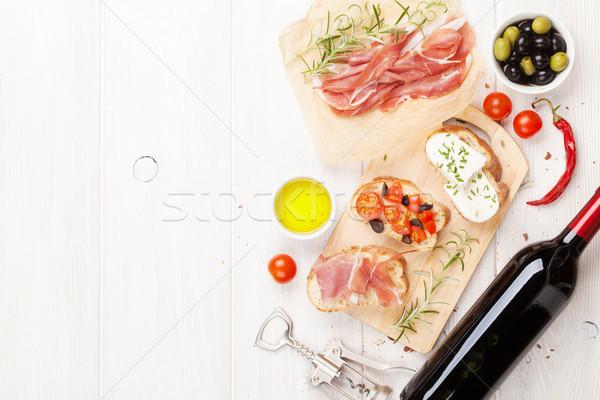 Bruschetta queso tomates prosciutto tabla de cortar superior Foto stock © karandaev