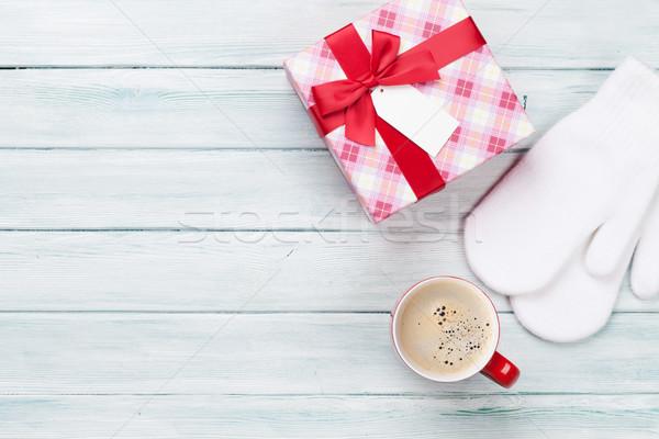 Noel hediye kutusu kahve eldiveni ahşap masa üst Stok fotoğraf © karandaev