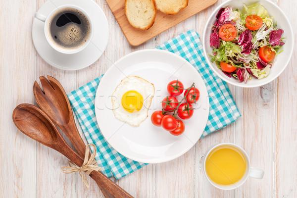 Sağlıklı kahvaltı sahanda yumurta salata beyaz ahşap masa Stok fotoğraf © karandaev