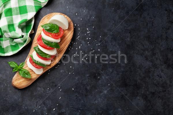 Caprese saláta mozzarella paradicsomok bazsalikom sajt gyógynövény Stock fotó © karandaev