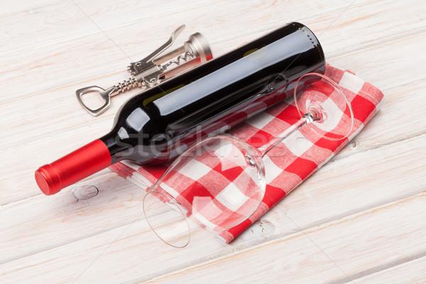 Vin rouge bouteille verre tire-bouchon blanche table en bois Photo stock © karandaev
