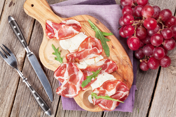 прошутто моцарелла совета винограда разделочная доска деревянный стол Сток-фото © karandaev