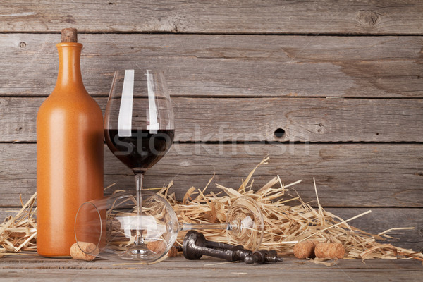 Vino rosso bottiglia occhiali bicchieri di vino legno muro Foto d'archivio © karandaev