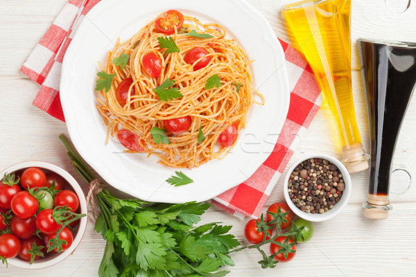 Spaghettis pâtes tomates persil table en bois haut Photo stock © karandaev