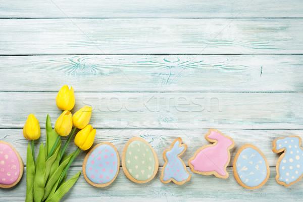 Pascua pan de jengibre cookies tulipanes mesa de madera huevos Foto stock © karandaev