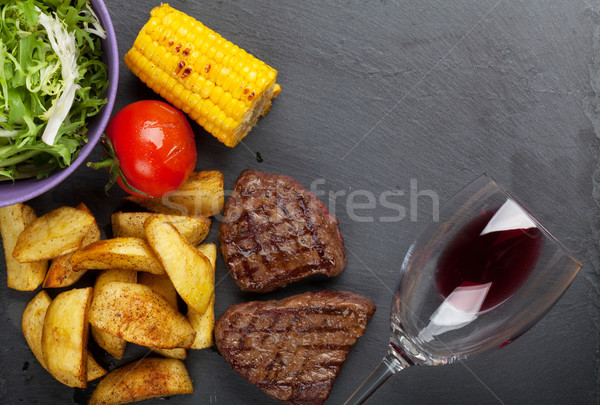Biefstuk gegrild aardappel mais salade rode wijn Stockfoto © karandaev