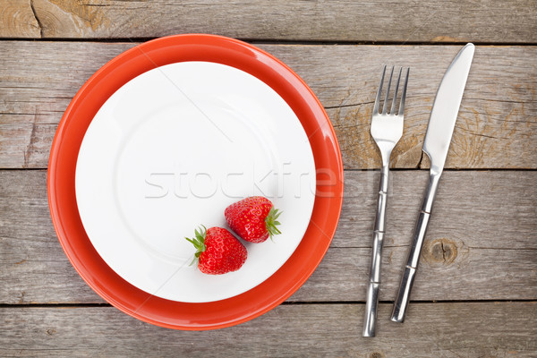 Plaque fraise argenterie vieux table en bois Photo stock © karandaev