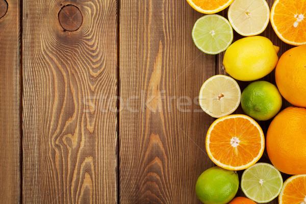 Foto stock: Cítrico · frutas · laranjas · limões · mesa · de · madeira · cópia · espaço