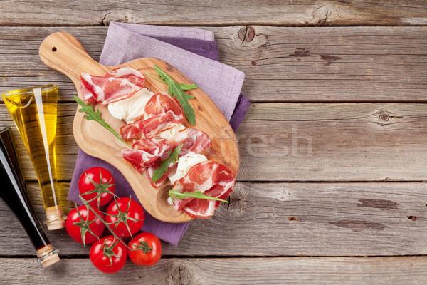 Prosciutto mozzarella vágódeszka fa asztal felső kilátás Stock fotó © karandaev