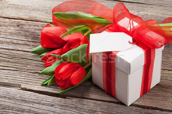 Stok fotoğraf: Kırmızı · lale · hediye · kutusu · ahşap · masa · çiçek · sevmek