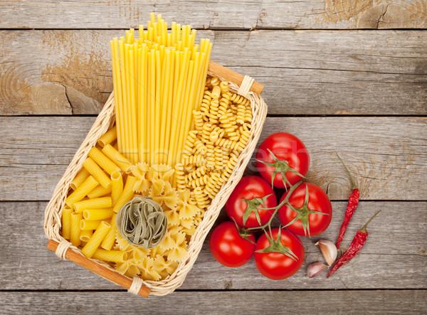 Foto stock: Macarrão · tomates · temperos · mesa · de · madeira · fundo
