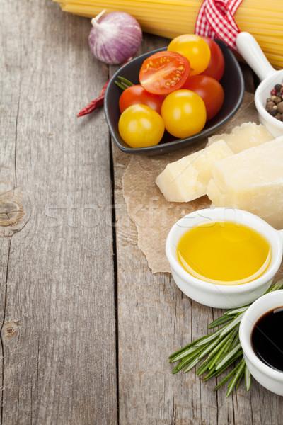 Queso parmesano pasta tomates hierbas especias mesa de madera Foto stock © karandaev