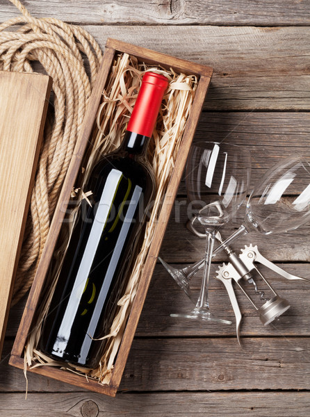 Vino rosso bottiglia occhiali tavolo in legno top view Foto d'archivio © karandaev