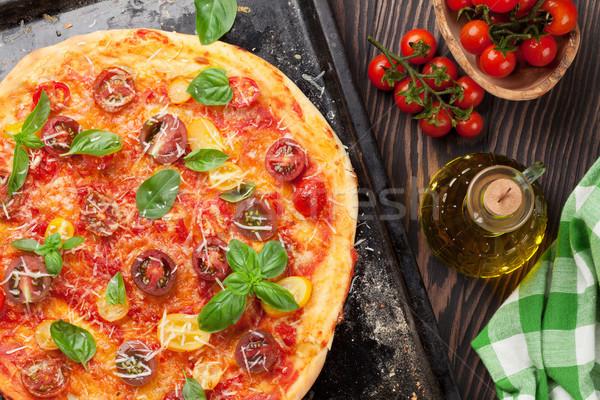 Foto stock: Pizza · tomates · mozzarella · albahaca · casero · superior