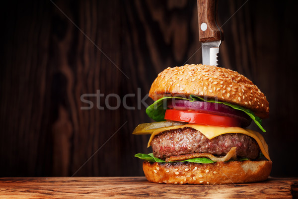 Smaczny grillowany burger wołowiny pomidorów Zdjęcia stock © karandaev