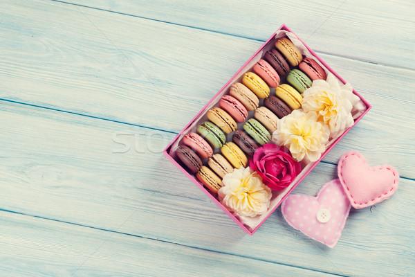 Coloré sweet macarons table en bois coffret cadeau coeurs Photo stock © karandaev