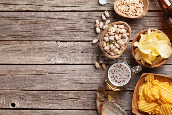 Piwa przekąski piwo jasne pełne kubek drewniany stół orzechy Zdjęcia stock © karandaev