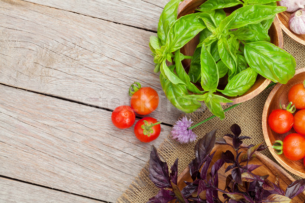 Frescos tomates albahaca mesa de madera Foto stock © karandaev