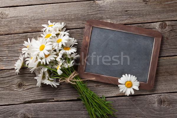 Tableau noir texte camomille fleurs table en bois haut Photo stock © karandaev