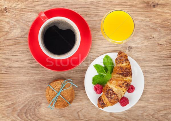 Fincan kahve portakal suyu taze kruvasan ahşap masa Stok fotoğraf © karandaev