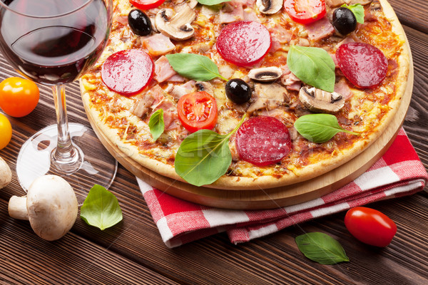 Italiaans pizza peperoni tomaten olijven basilicum Stockfoto © karandaev