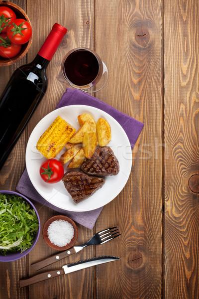 Foto stock: Bife · grelhado · batata · milho · salada · vinho · tinto