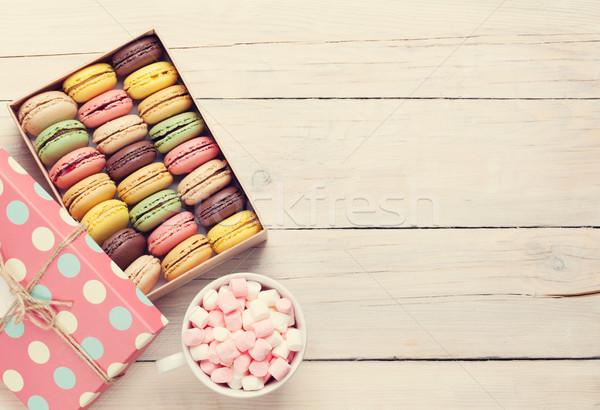 Colorido doce macarons xícara de café marshmallow mesa de madeira Foto stock © karandaev