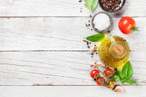 Tomates albahaca especias mesa de madera cocina superior Foto stock © karandaev