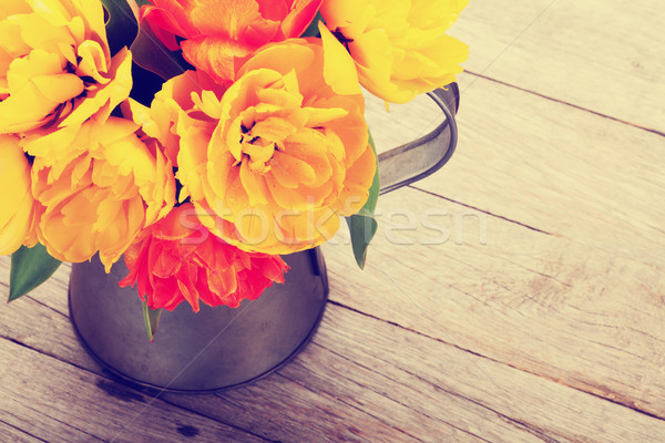 Coloré tulipes bouquet arrosoir table en bois haut Photo stock © karandaev