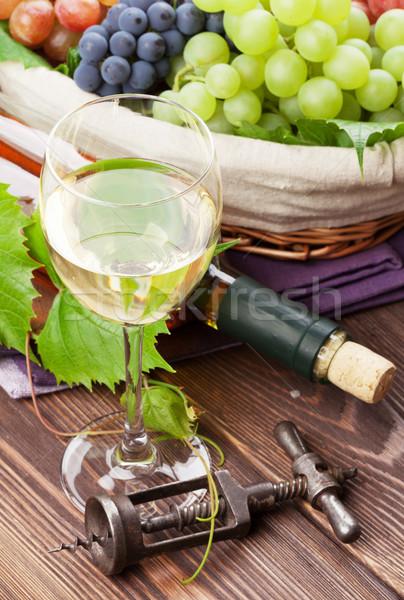 Witte wijn glas fles druiven houten tafel voedsel Stockfoto © karandaev