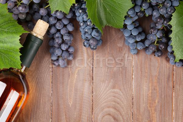 красный винограда бутылку вина деревянный стол Top мнение Сток-фото © karandaev